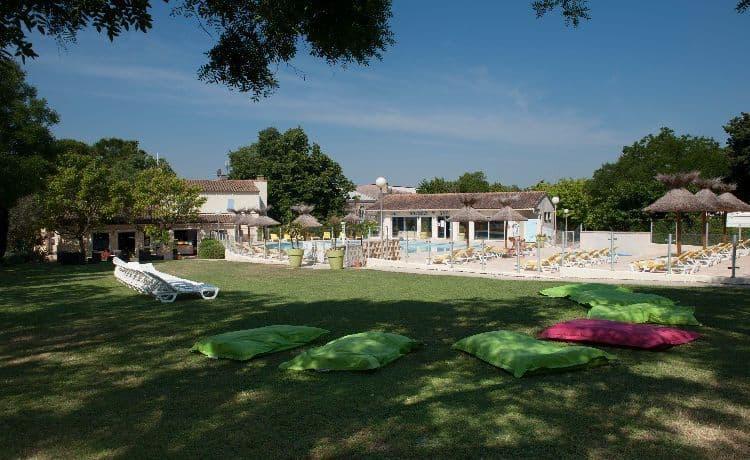 camping-mas-nicolas-saint-remy-provence-parc-arbore-ombre